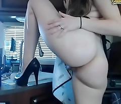 Stunner webcam girl in the kitchen