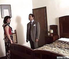 La signora si fa scopare dall'_amico del marito nella nuova casa di campagna