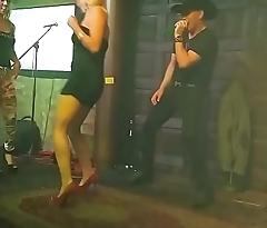 Rubia flaquita bailando en minifalda