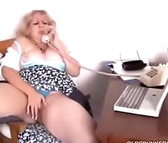 velha gozando no telefone